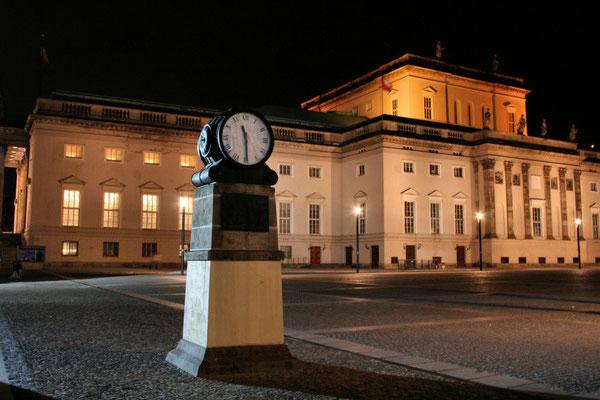 Noc na Bebelplatz przy Unter den Linden