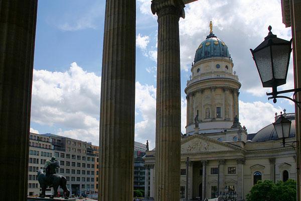Widok spod kolumnady Domu Koncertowego