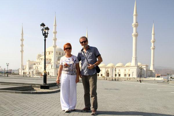Przed budowanym jeszcze nowym meczetem w Fujairah