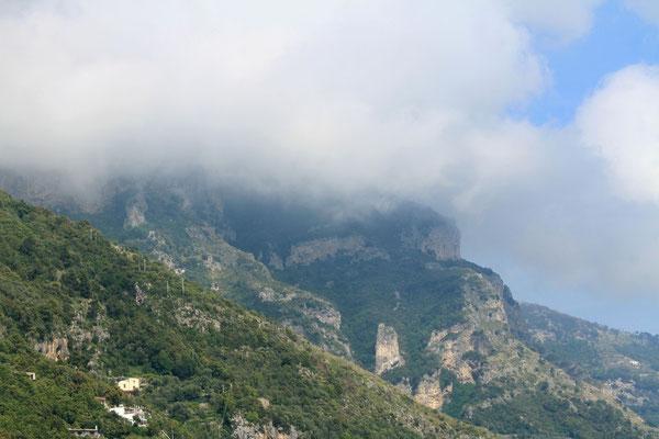Monti Lattari pokryte chmurami