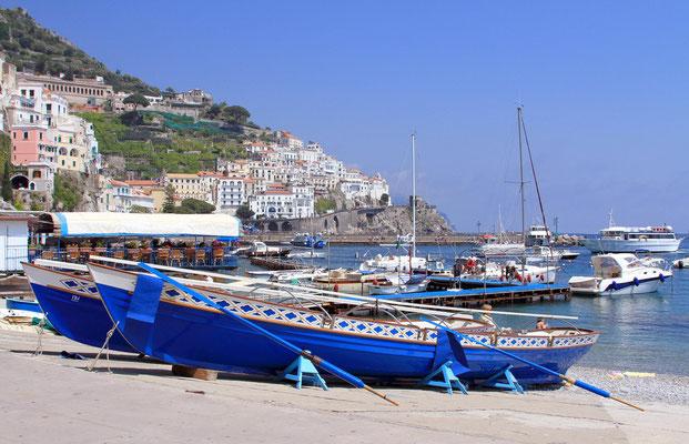 W porcie Amalfi trwaja przygotowania do corocznych regat 4 b. Republik Zeglarskich