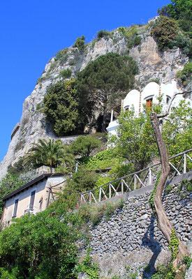 Typowa zabudowa na skalach w Conca dei Marini
