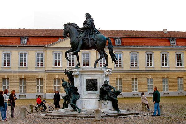 Pomnik ksiecia Fryderyka na dziedzincu zamkowym