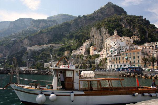 widok z portu na Amalfi w kierunku Conca dei Marini
