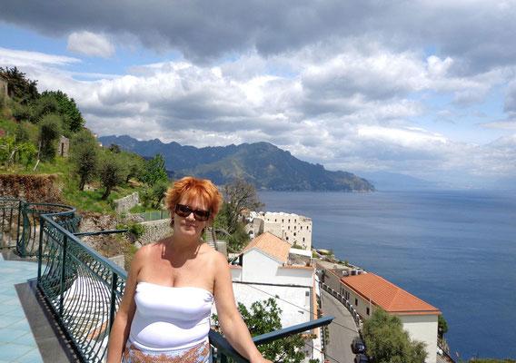 widok z naszego balkonu w strone Amalfi
