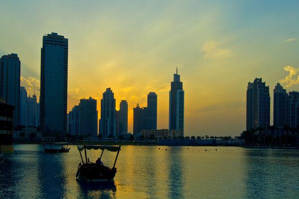Zachod slonca przy sztucznym jeziorze w Dubaju
