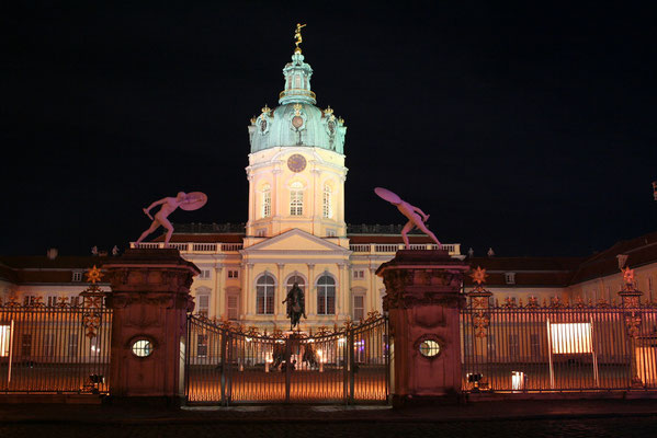 Fronton Zamku Charlottenburg w nocnej iluminacji