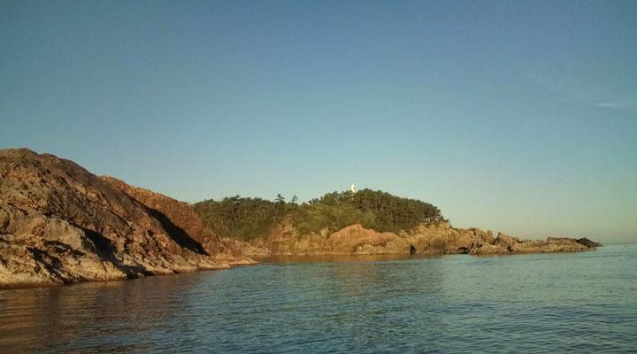 左:赤島(鯛、アオリイカ) 中央:小平(グレ、アオリ) 奥に見えるのが地磯の松ヶ下(灯台付近)