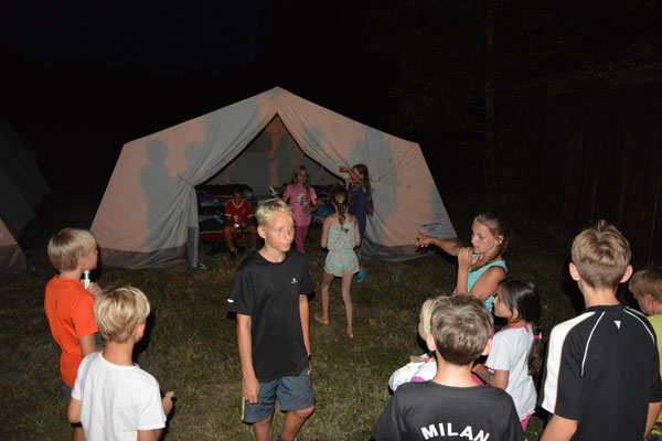...letzte Diskussionen bevor die Zelte zur Nachtruhe aufgesucht werden...