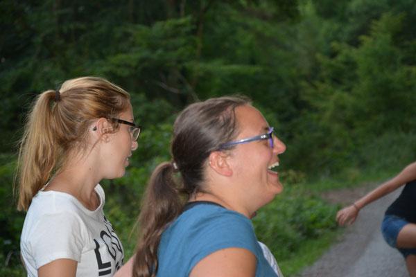 ...auch unsere Betreuerinnen Kathi und Caro haben Freude beim Suchen...