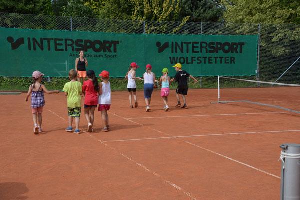 ...das Hamburger-Spiel, bei dem die Kinder einen Ball zwischen ihren Schlägern halten müssen