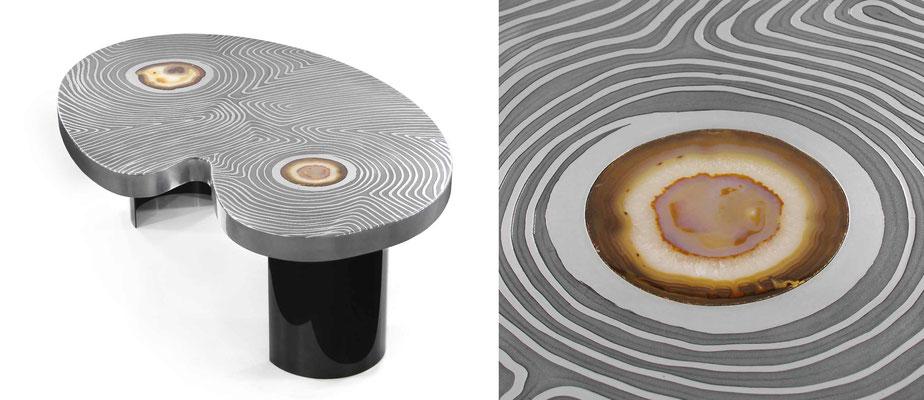 Table basse en aluminium texturé avec incrustation de pierres d'agates - Résidence privée
