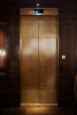 Porte d'ascenseur en bronze texturé