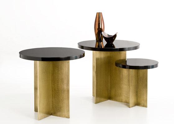 Tables avec pietement en bronze légèrement texturé et plateau en laque noire - Résidence privée
