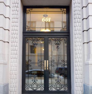 Porte d'entrée en acier inoxydable et aluminium pour une résidence privée - New York City