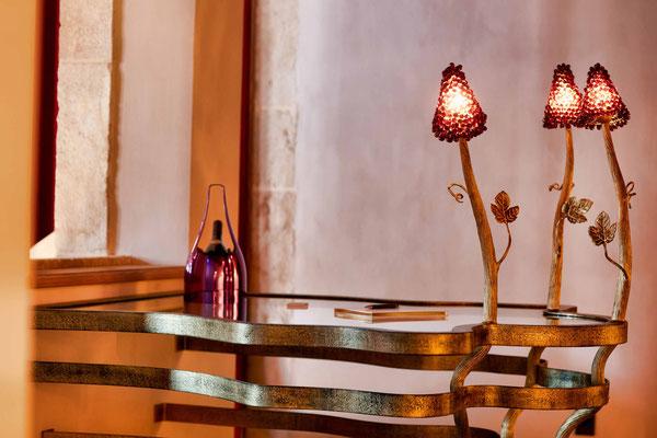 Tables de dégustation en fer forgé texturé avec plateau en verre, éclairage intégré - La Maison Vougeot - France