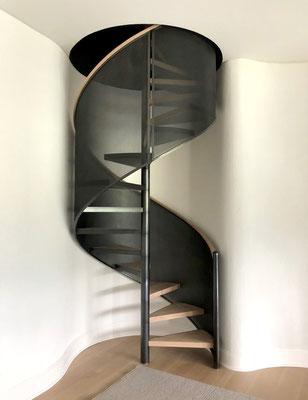 Escalier colimaçon en acier patiné et en bois pour une résidence privée - Les Hamptons