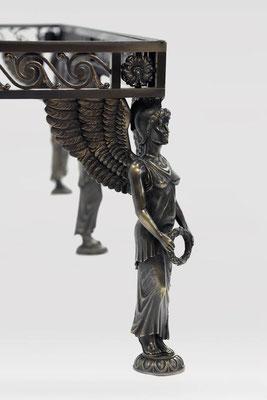 Table basse en bronze patiné pour une résidence privée