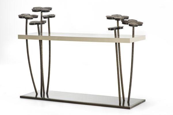 Console en bronze patiné avec plateau en laque ivoire, fleurs décoratives en bronze avec éclairage à LED intégré - Résidence privée - Chicago