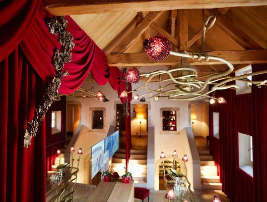 Très grand lustre en fer forgé texturé avec éclairage intégré - La Maison Vougeot - France