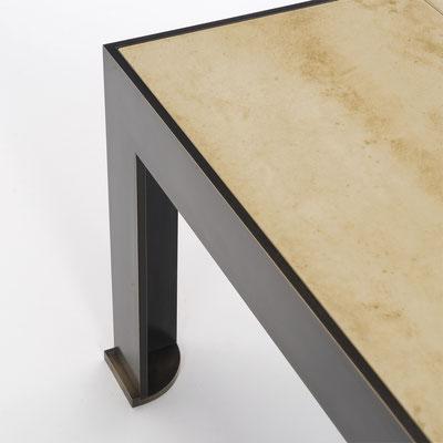 Table basse en bronze patiné et dessus en parchemin - Résidence privée - New York City