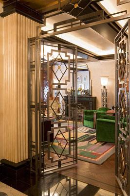Porte en fer blanchi et éléments décoratifs à la feuille d'or - Résidence privée - New York City