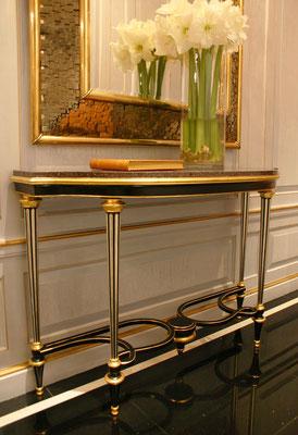 Copie en métal d'une console Weisweiler à la demande du client, dorure au paladium et à la feuille d'or - Résidence privée - New York City