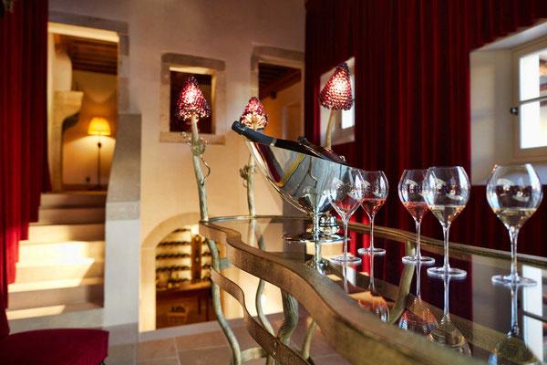 Très grande console de dégustation, en fer forgé texturé avec plateau en verre, éclairage intégré - La Maison Vougeot - France