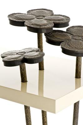 Console en bronze patiné avec plateau en laque ivoire, fleures décoratives en bronze avec éclairage à LED intégré - Résidence privée - Chicago