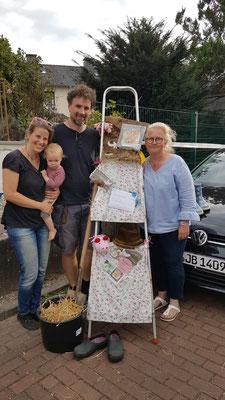 Der Burgaltendorfer kinderbuchautor Claus Schulte-Holteyer mit Familie und Brigitte Narren, die sein Kinderbuch' Friedrich büxt aus' verkauft hat