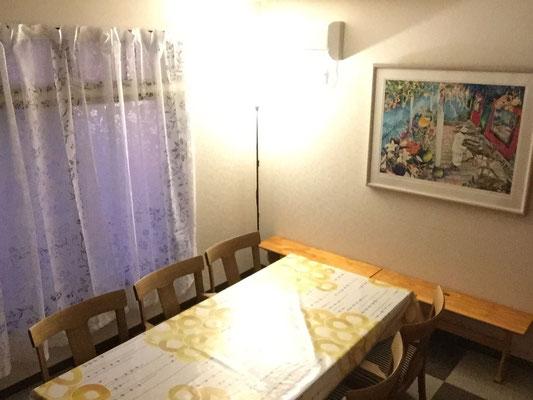 約8畳。テーブル1台椅子6脚(+予備2脚)