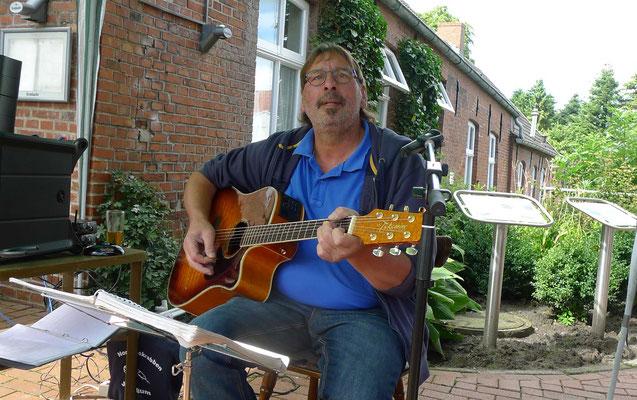 Seit Jahrzehnten erfreut Behrends die Jemgumer mit der Musik seiner Generation.