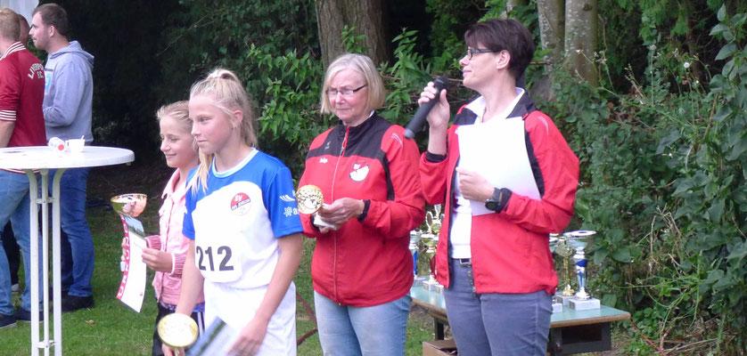 Die jungen Siegerinnen nach dem Empfang ihres Pokals und der Siegerurkunde.
