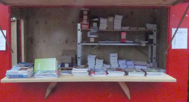 Samstag: Der Bücherstand des Heimat- und Kulturvereins ist eingeräumt.