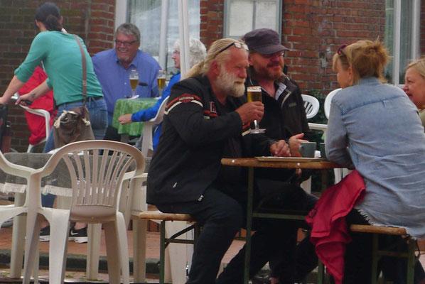 Der Besuch aus Ditzum ließ sich das Bier schmecken. Inzwischen hatte der Regen aufgehört.