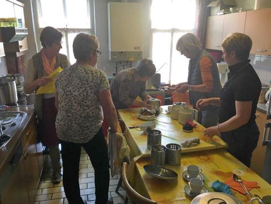 Das Gericht wird in der Küche für die Gäste zum Servieren vorbereitet.