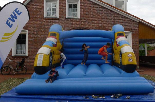 Für die Kinder war die Hüpfburg eine wunderbare Gelegenheit zum Rumtoben.
