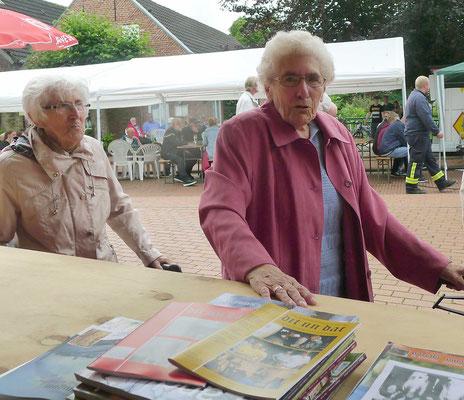 Die Schwestern Paula Lochte und Elsbeth Baartz als langjährige Mitglieder des Heimat- und Kulturvereins sind eifrige dit un dat-Leser. Sie begrüßen im Stand den Neffen ihres Bruders.
