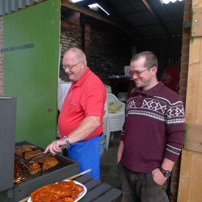 Zurück in Jemgum hatten die beiden Grillmeister bereits alles für den kulinarische Abschluss  vorbereitet