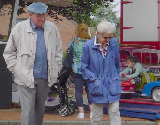 Elso und Marga Janshen beim Müggenmarktbummel.