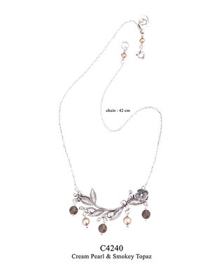 C4240 OXI 100, GP 120: BOTANICAL GARDEN COLLECTION, OXI CHAIN, FILIGREE FLOWER & LEAVES W/ CREAM PEARL & SMOKEY TOPAZ DROPS. 42 CM.