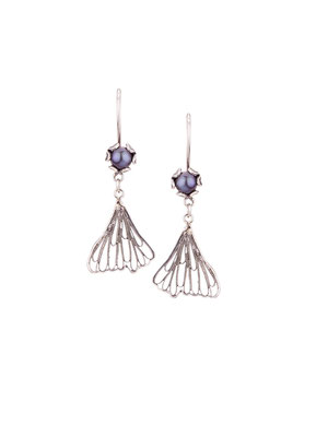 E4199 OXI 55, GP 65: OXI EARRING HANGING GREY PEARL IN CUP FILIGREE LEAF ON BOTTOM.