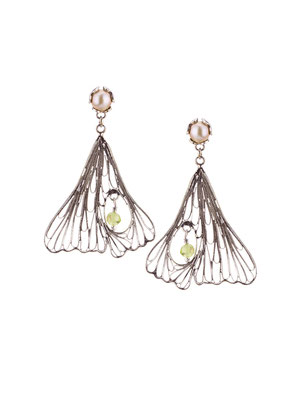E4210 OXI 75, GP 85:  OXI EARRING POST W/ CREAM PEARL. FILIGREE LEAF PERIDOT IN CENTER OF LEAF.