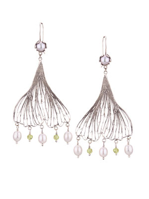 E4206 OXI 130, GP 150: OXI EARRING HANGING CUP W/SILVER PEARL. FILIGREE LEAF PERIDOT AND SILVER PEARL DROPS.