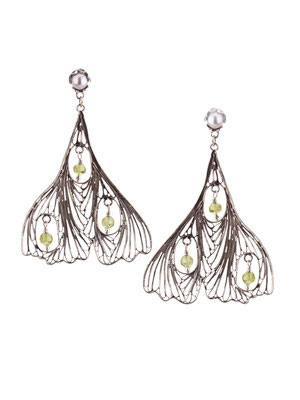 E4211 OXI 120, GP 140:  OXI EARRING POST W/ SILVER PEARL. FILIGREE LEAF 3 PERIDOT IN LEAF.