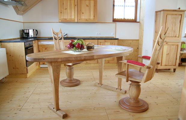 Gut ausgestattete Naturholz-Küche