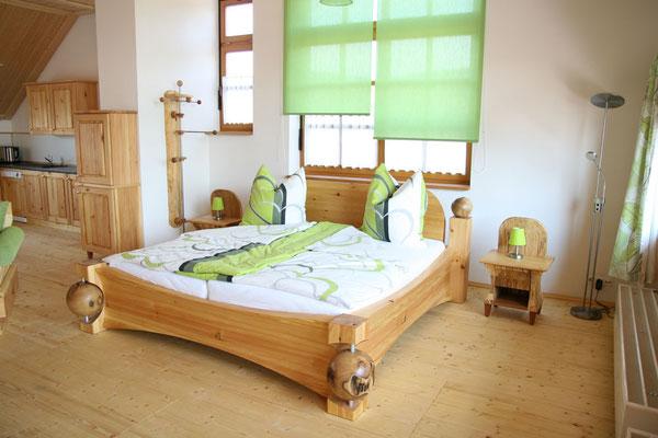 Schlafen im gemütlichen Massiv-Holzbett