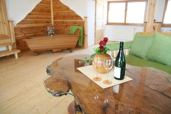Wunderbar entspannen - in unserer exklusiven Holzbadewanne