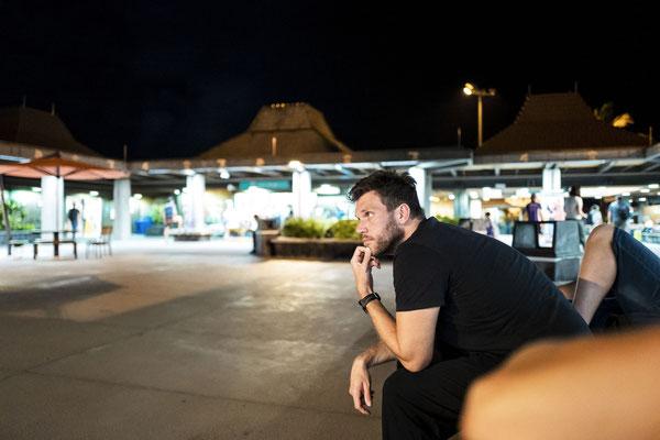 """Jan in der """"Wartehalle"""" ohne Dach am Flughafen in Kona."""
