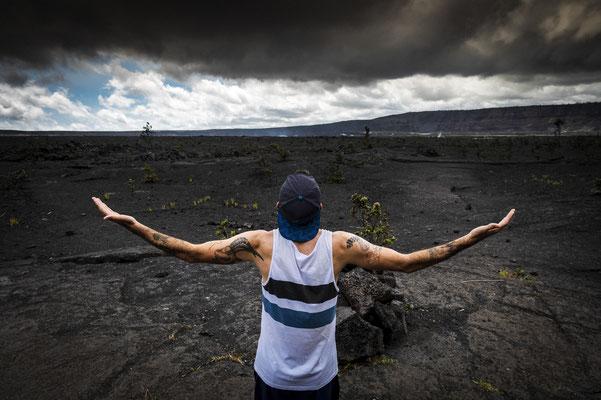 Niclas betet Madame Pele (eine Göttin auf Hawaii welche u.a. auch für das Wetter zuständig ist) an, damit sie für schwierige Windbedingung am Wettkampftag sorgt.